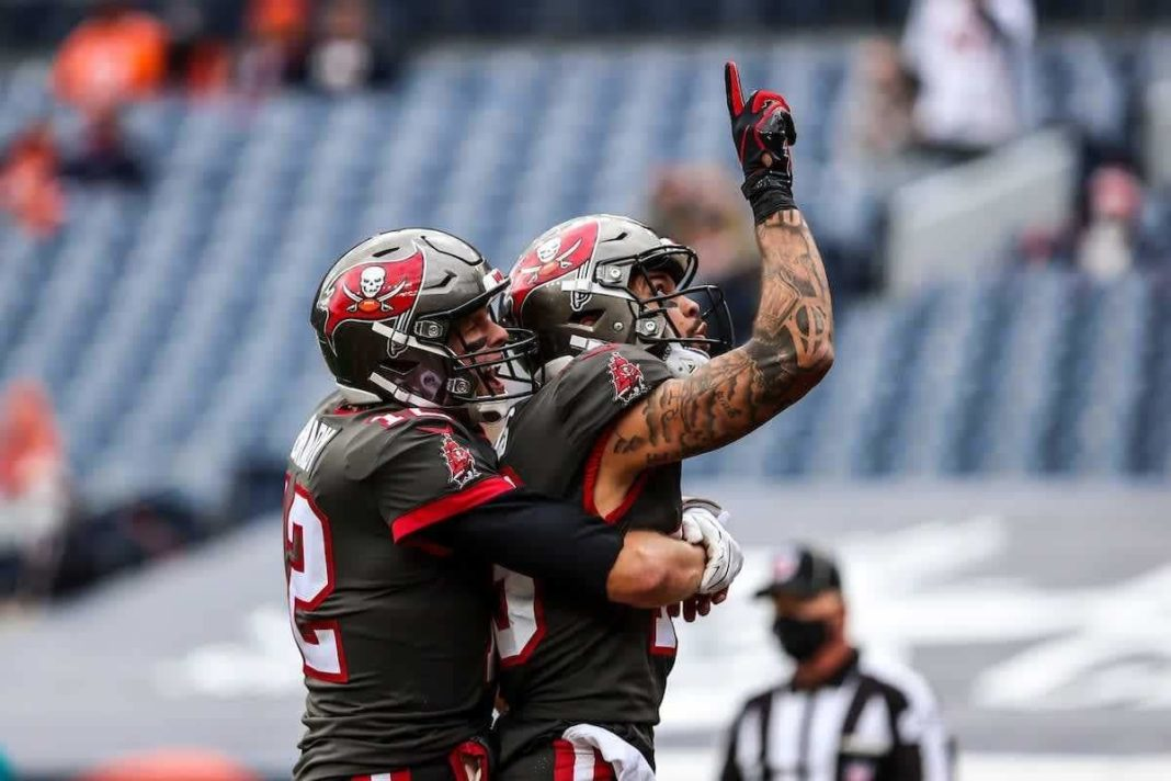 Tom Brady and Mike Evans/buccaneers.com