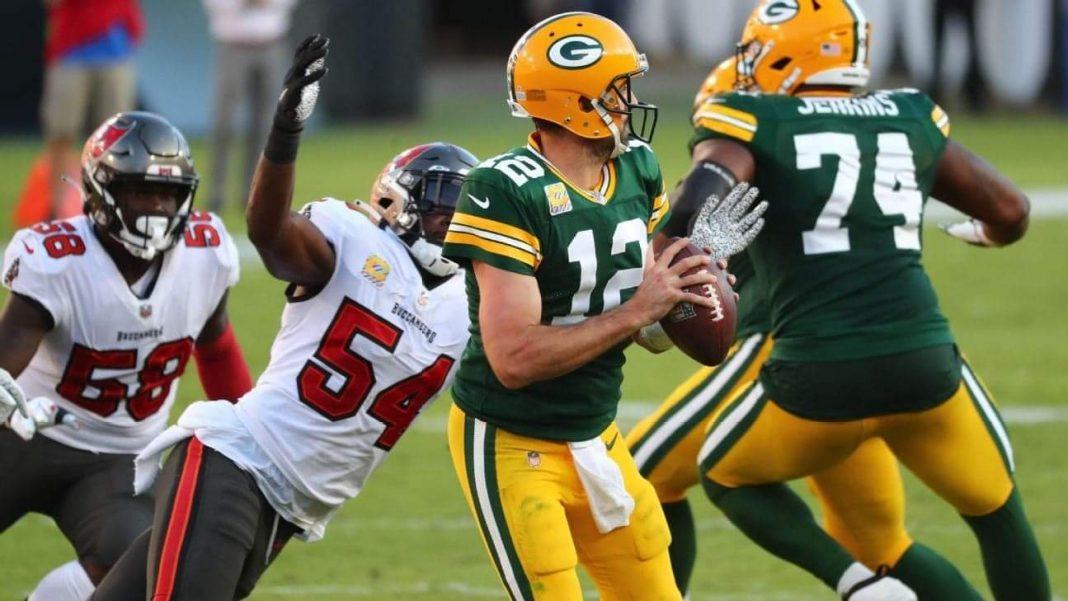 Buccaneers' linebacker Lavonte David pressures Packers' quarterback Aaron Rodgers/via ESPN