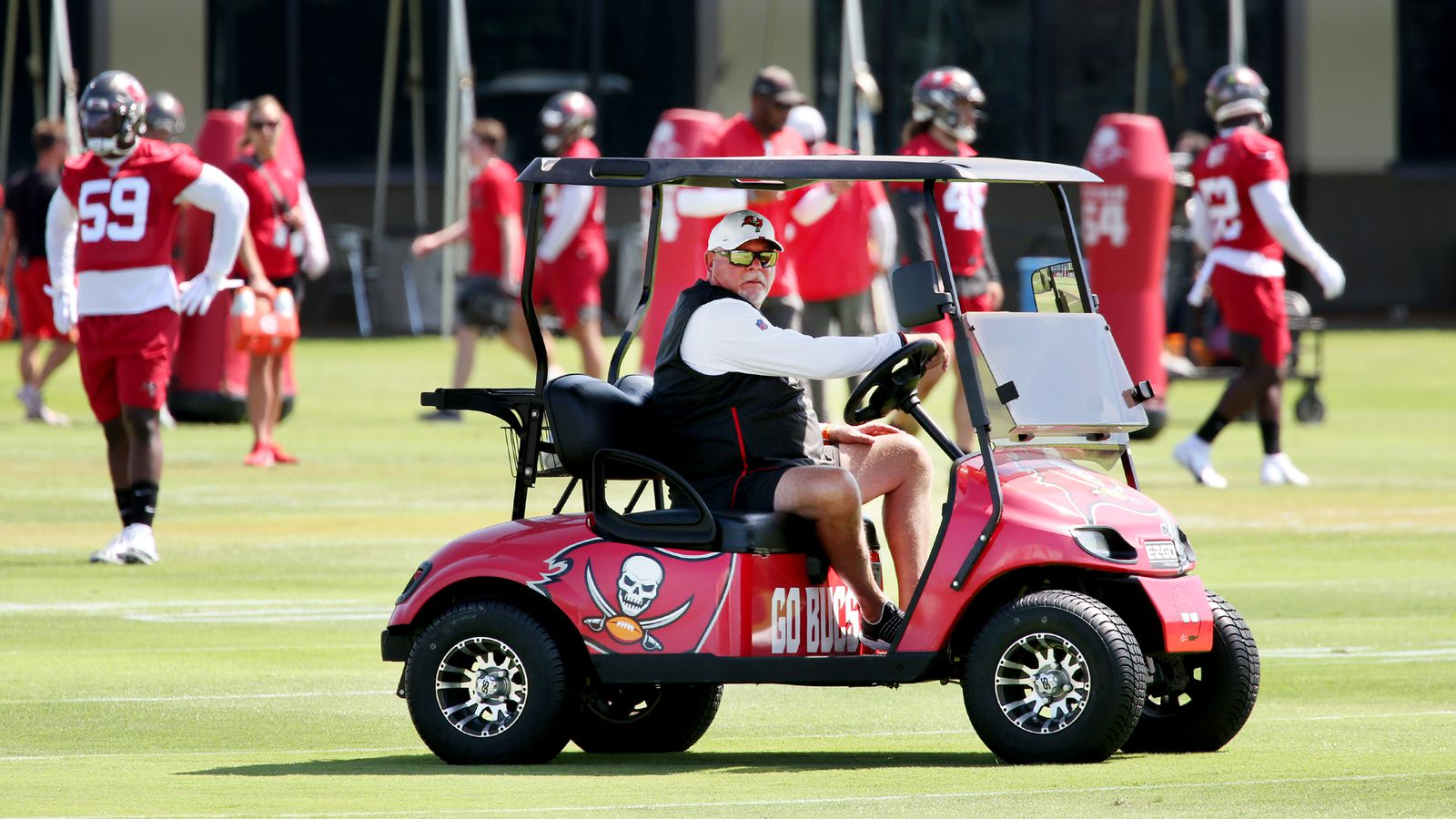 Buccaneers head coach Bruce Arians watches over Buccaneers 2021 training camp/via Douglass R. Clifford, Tampa Bay Times